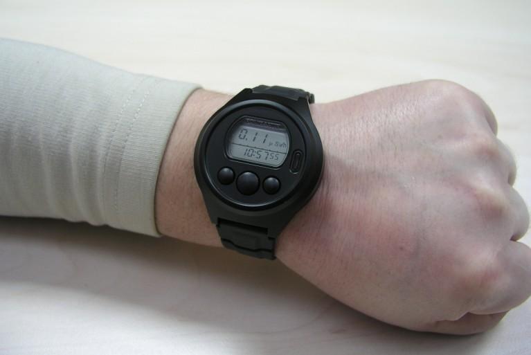 Миниатюрные приборы, предназначенные для радиационного контроля и помещенные в корпус часов, ничуть не снижают диапазон собственных функций, который так и остался стандартным – электронные часы, будильник, календарь.